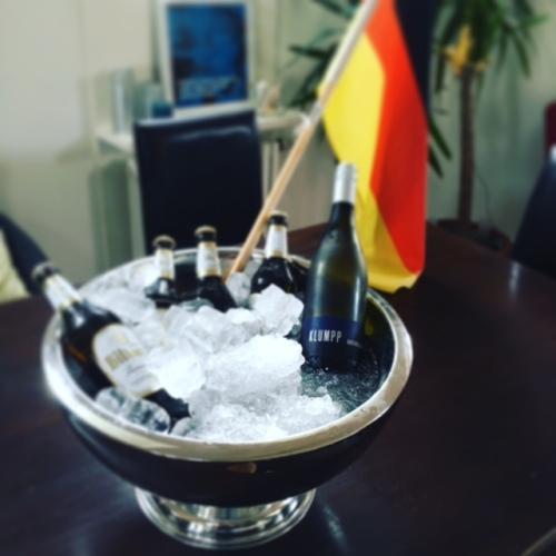...mit lustigen Fußbalabenden und unserem neuen Mitbewohner: Dem Champagnerkühler! Kühlt auch Bier :)
