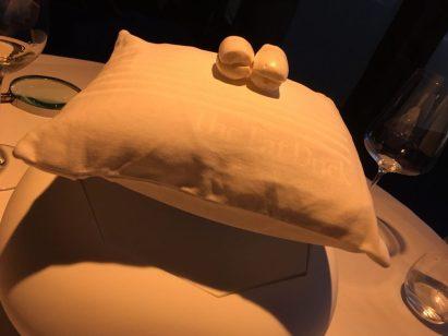 Magnete, die sich abstoßen, schaffen die Illusion, dass das Kissen tatsächlich schwebt. (Siehst Du den Fat-Duck-Schriftzug auf dem Kopfkissenbezug?)